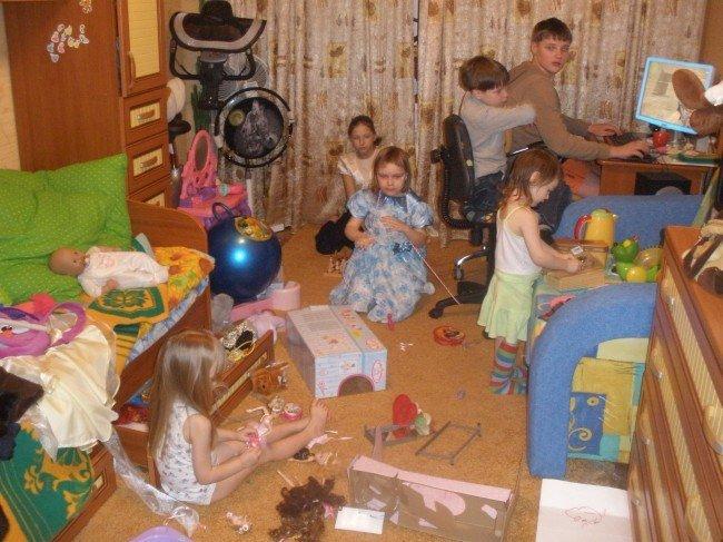 Дети разбрасывают игрушки