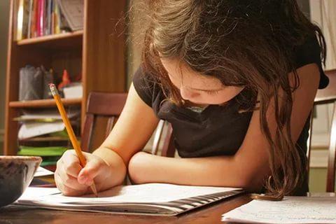 ребенок выполняет домашнее задание