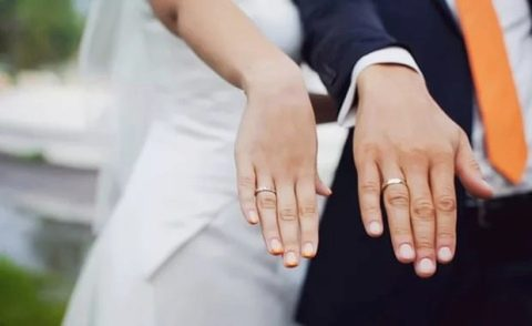 Кто должне покупать обручальные кольца?