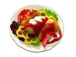 фаршированный болгарский перец перед подачей на стол