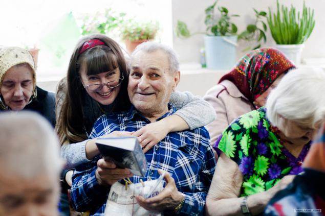 Нужно ли стариков без ума сдавать в дом престарелых?