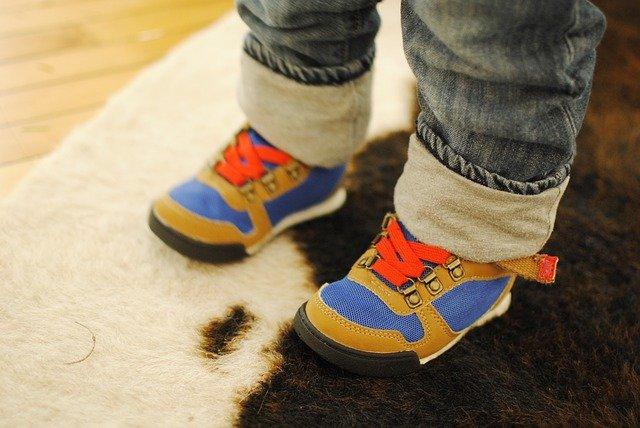 ребёнок в обуви