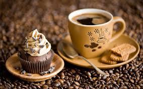 Рабочий день в офисе, начинается с чашечки горячего кофе.