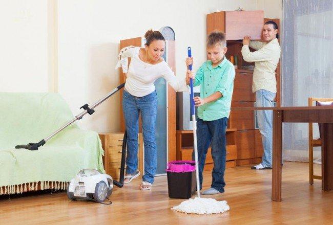 Вся семья за уборкой