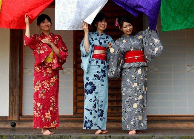 В чём преимущества и недостатки платьев кимоно?