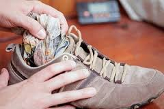 газета поможет высушить обувь