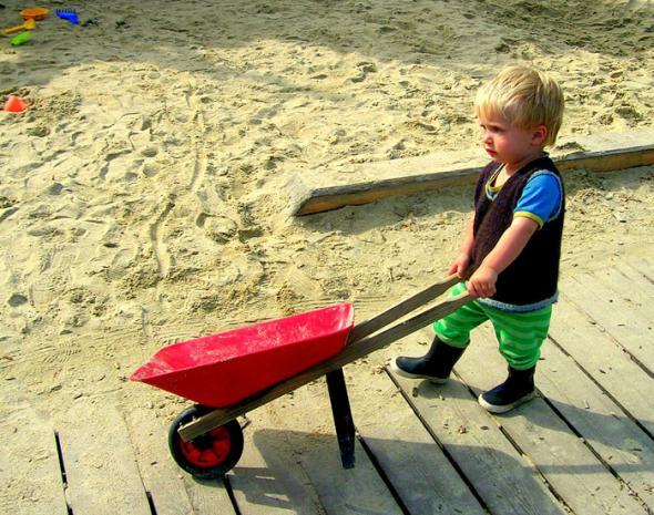 ребенок помогает в домашнем хозяйстве