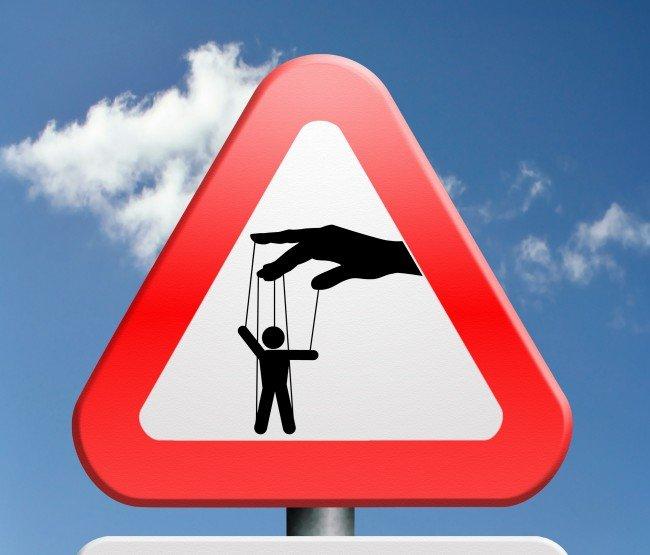 Предупреждающий знак с марионеткой на фоне неба