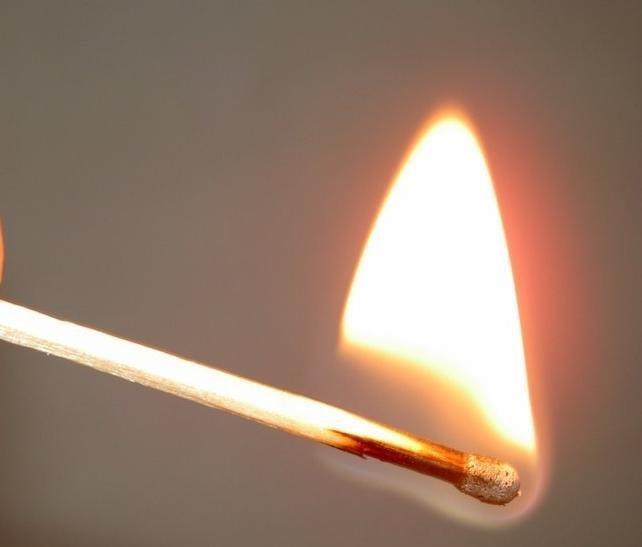 горящая спичка