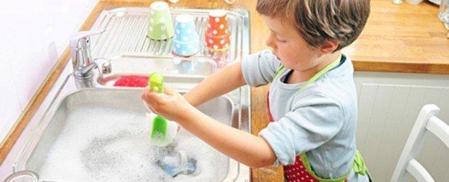 малыш моет посуду