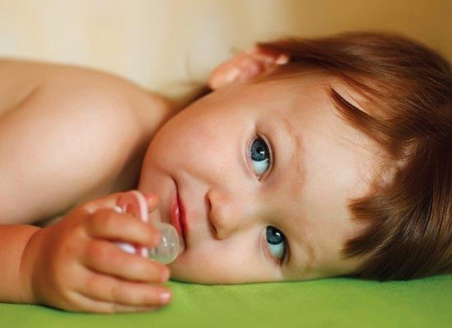 ребёнок с пустышкой