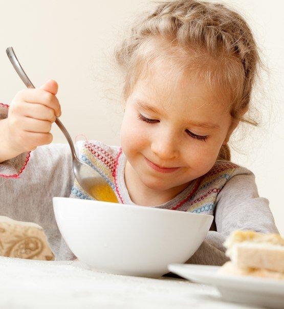 девочка ест суп