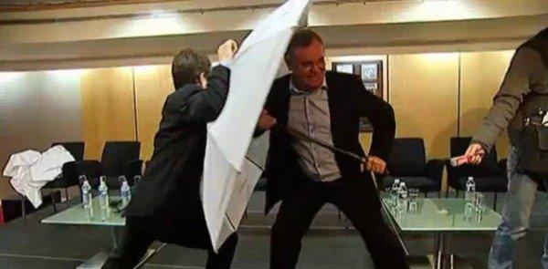 Использование зонта в качестве личной самообороны.