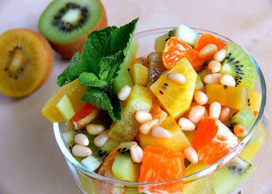 Блюдо из сырых овощей и фруктов