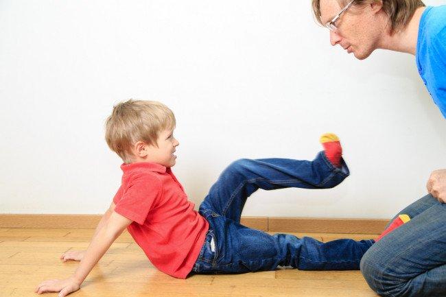 ребенок вступает в схватку с взрослым
