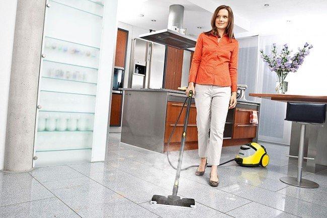 Женщина пылесосит квартиру
