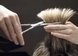 Стрижка волос в салоне красоты.