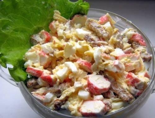 Салат с сухариками, куриным филе и крабовыми палочками.