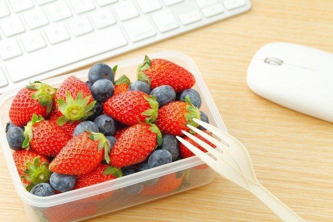 Едим фрукты - oтличный вариант подкрепиться за рабочим столом