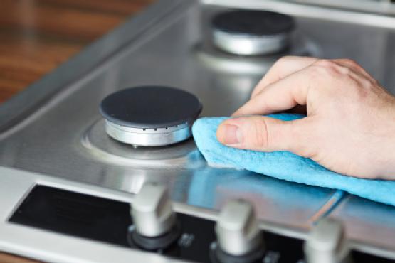 чистить плиту