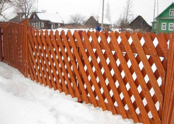 Деревянный забор из сетки