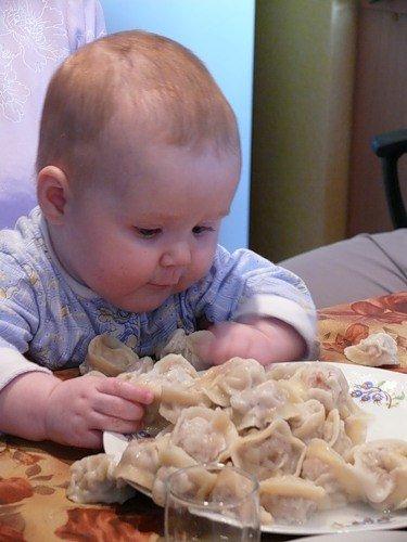 ребёнок ест пельмени