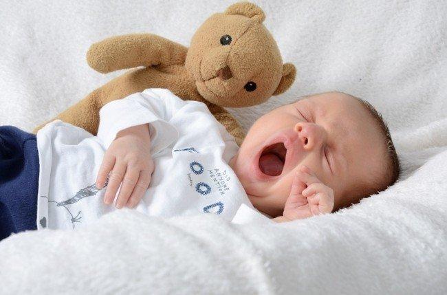 малыш зевает, засыпая