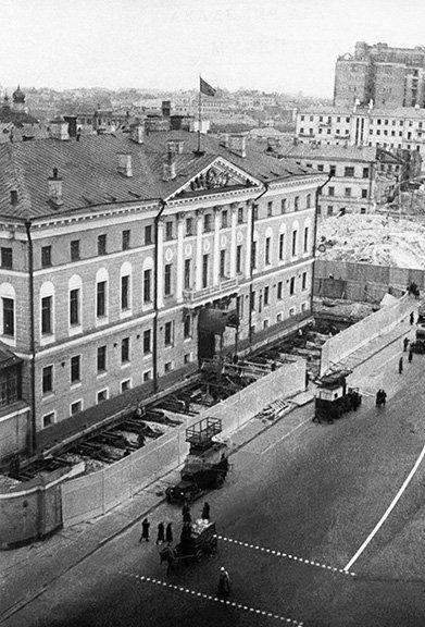 Какого события не было в истории здания, занимаемого сейчас мэрией Москвы?