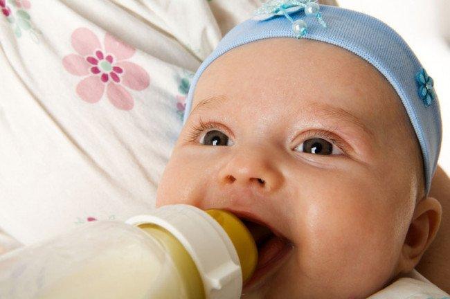 Ребёнок и бутылочка.