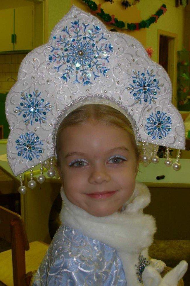 Как украсить корону снегурочки.