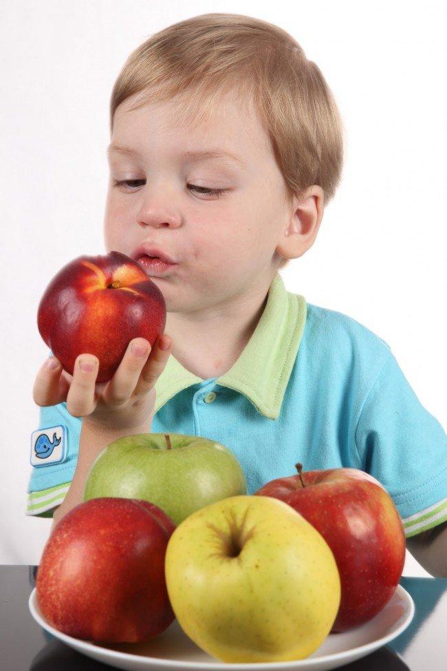 яблоки и ребенок