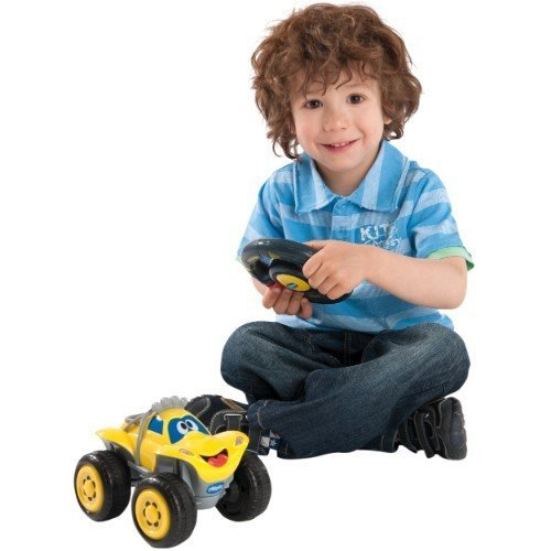 Ребёнок играет с радиоуправляемой машиной