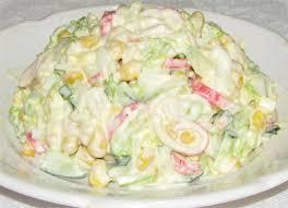 Салат с крабовыми палочками, кукурузой и пекинской капустой.