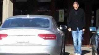 Стив Джобс ездил на машине без номеров.