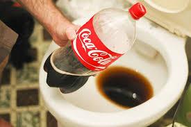 """Использование """"Кока-Колы"""", в качестве чистки унитаза."""