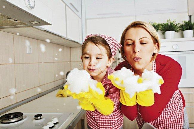 Мама и дочка за уборкой