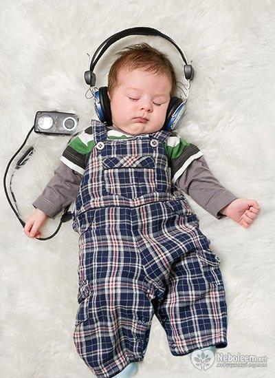 ребенок слушает музыку