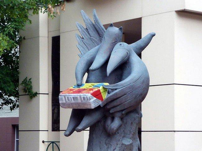 """В 2005 г. в Москве был открыт памятник легендарному плавленому сырку """"Дружба""""."""
