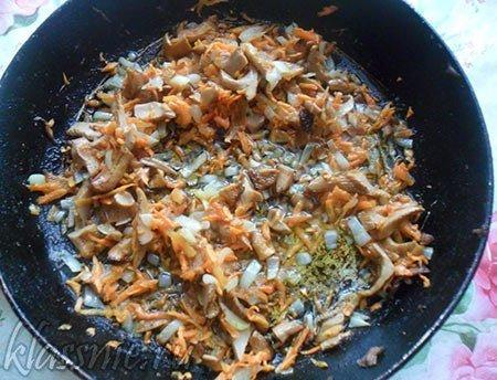Некоторые рецепты грибных супов предполагают ввод данного ингредиента в блюдо в составе зажарки.