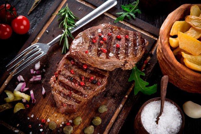 мясо готовится на углях