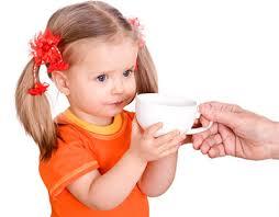 Этикет подачи какао может на какое-то время отвлечь ребенка, организм которого не приемлет кофе, от интереса к этому взрослому напитку.