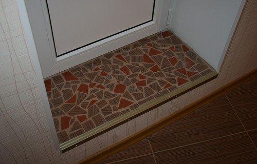 Готовая ступенька под дверь в ванну.