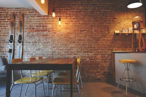 Где лучше принимать гостей: дома или в кафе?