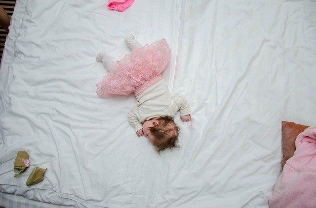 ребёнок в кровати