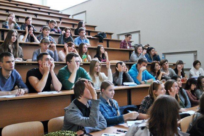 Первокурсники в аудитории