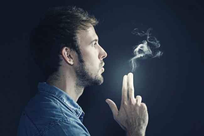 курильщик в подъезде