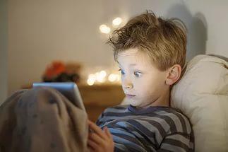 ребенок смотрит мультфильмы перед сном