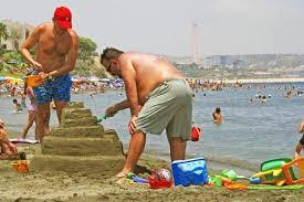 Мужчины играющие в песочнице.