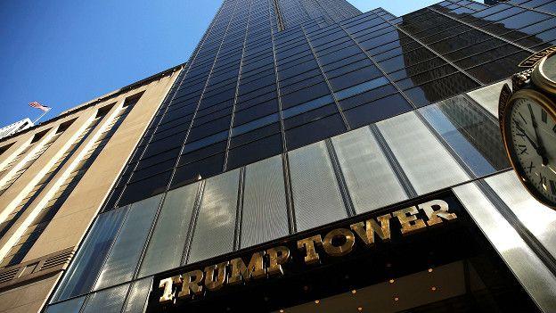 Здание Trump Tower на Пятой авеню, где находится штаб-квартира компании Трампа и он сам живет с семьей на верхних этажах этой высотки.