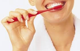 процесс чистки зубов